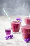 Arándano, zarzamora, madreselva, smoothie honeyberry con el jarabe violeta y acai Foto de archivo libre de regalías