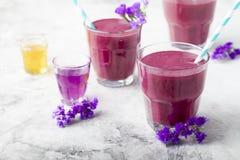 Arándano, zarzamora, madreselva, smoothie honeyberry con el jarabe violeta y acai Imagenes de archivo