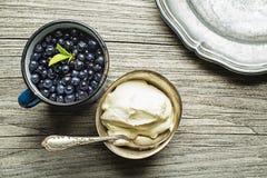 Arándanos con la crema dulce servida para el postre Fotografía de archivo libre de regalías