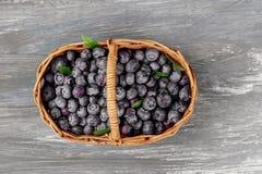 Arándanos frescos en tabla vieja de la cesta, frutas maduras del bosque en el mercado del granjero, de arriba Fotografía de archivo libre de regalías