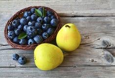 Arándanos frescos y peras maduras en la tabla rústica de madera Arándano y peras Concepto sano de la consumición, de la dieta y d Imágenes de archivo libres de regalías