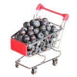 Arándanos maduros en el carro de la compra aislado. concepto. Imágenes de archivo libres de regalías