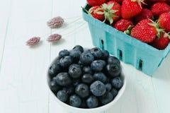 Arándanos y fresas maduros Fotografía de archivo libre de regalías