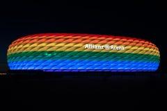 Arène d'Allianz illuminée dans la lumière d'arc-en-ciel sur Christopher Street Day Images libres de droits