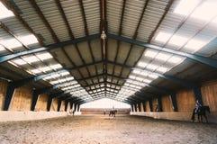 Arène d'intérieur de cheval image stock