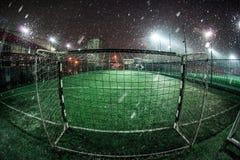Arène du football dans les projecteurs lumineux lumineux par nuit Photo stock