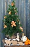 Arête de hareng élégante de nouvelle année avec des jouets Photographie stock libre de droits