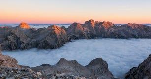 Arête de montagne avec des crêtes illuminées par le soleil de matin Photographie stock libre de droits