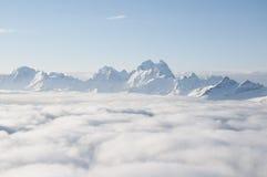Arête de montagne collant hors des nuages Image libre de droits