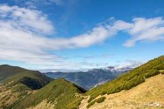 Arête de montagne d'automne sous le ciel bleu avec les nuages blancs image libre de droits