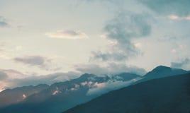 Arête de montagne dans des couleurs bleues Images libres de droits