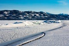 Arête de pression sur le lac congelé Laberge le Yukon Canada photos libres de droits