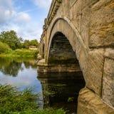 Arête en pierre traversant la rivière trent, regardant à travers au loin Photographie stock
