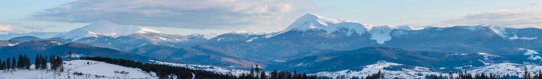 Arête nuageuse de montagne de jour d'hiver de soirée images stock