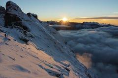 Arête raide de marche de grimpeur dans le beau coucher du soleil Image stock