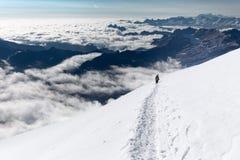 Arête s'élevante de marche de montagnes de traînée de neige d'alpinistes, Bolivie Images libres de droits