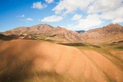 Arêtes arénacées de montagne Vue des hautes montagnes Vallée de montagne pendant le lever de soleil aménagez l'été normal Photo stock