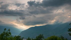Arêtes couronnées de neige et crêtes de montagne avec les nuages mobiles au-dessus des Alpes en été, province de Torino, Italie L banque de vidéos