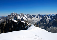 Arêtes d'Alpes avec les figures minuscules des grimpeurs Photos stock