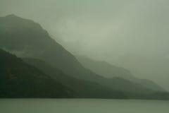 Arêtes vertes grises ombragées le jour obscurci Photographie stock libre de droits