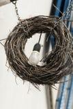 Żarówka która waży w drewnianym kędzierzawym wianku obrazy royalty free