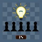 Żarówka zaświecał nad pionkami na szachowej desce Zdjęcia Stock
