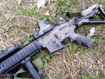AR-15在尘土的马枪 库存照片