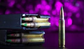 AR-15在紫色的弹药 免版税库存图片
