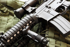 AR-15马枪和作战背心 免版税库存照片