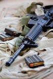 AR-15 geweer en tijdschriften Stock Afbeeldingen