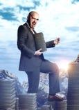 Όμορφος πλούσιος άνθρωπος σε ένα ακριβό κοστούμι με μια δέσμη των χρημάτων AR Στοκ Εικόνα