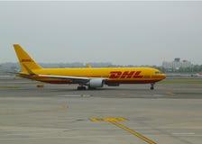 Ar Boeing de DHL 767 aviões que taxam em John F Kennedy International Airport em New York Imagem de Stock