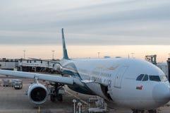 Ar de Omã no aeroporto de Heathrow imagens de stock royalty free