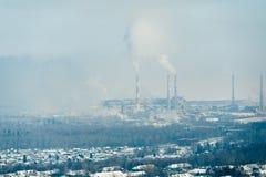 Ar e água poluir do moinho de papel no Lago Baikal, Rússia Fotografia de Stock Royalty Free