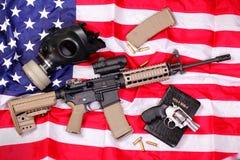 AR-Gewehr, eine Bibel, eine Gasmaske u. eine Pistole auf Americ Stockbild
