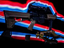 AR-15 i krócica są Sylwetkowi rewolucjonistką, bielem i błękita światłem, fotografia royalty free