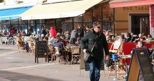 Ar livre comer dos povos no terraço dos restaurantes em france agradável velho video estoque