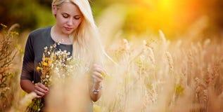 Ar livre da menina da beleza que aprecia a natureza, luz de Sun Fulgor Sun Mulher feliz livre Tonificado em cores mornas outono imagens de stock royalty free
