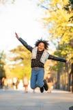 Ar livre de salto do adolescente afro-americano bonito fotografia de stock