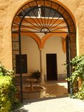 Ar livre do Alcazar com arquitetura árabe fotos de stock royalty free