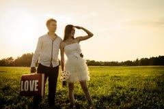 Ar livre incomum romântico do casamento de pares loving nos sapatos de ginástica Fotografia de Stock Royalty Free