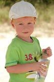 Ar livre vermelho do menino do cabelo com garrafa de água Imagem de Stock