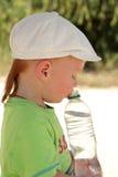 Ar livre vermelho do menino do cabelo com garrafa de água Fotos de Stock