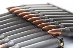 Ar15 m16 m4 κασέτες καλάζνικοφ με το συνδετήρα πυρομαχικών που απομονώνεται στο wh Στοκ εικόνα με δικαίωμα ελεύθερης χρήσης