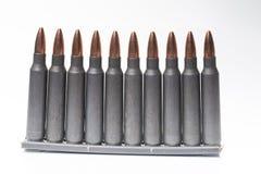 Ar15 m16 m4 κασέτες καλάζνικοφ με το συνδετήρα πυρομαχικών που απομονώνεται στο wh Στοκ φωτογραφία με δικαίωμα ελεύθερης χρήσης