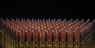 AR-10 munitie in 338 op een zwarte achtergrond Royalty-vrije Stock Foto