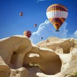 Ar quente que ballooning em Cappadocia, Turquia imagem de stock
