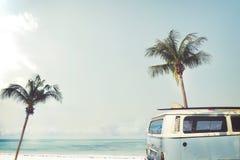 Ar som parkeras på den tropiska stranden arkivfoton