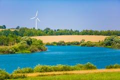 ?ar?wki poj?cia energetycznego kwiatu zielonego ?wiat?a odnawialny drzewo Silnik wiatrowy blisko do rzeki krzywy w obszarze wiejs zdjęcia royalty free