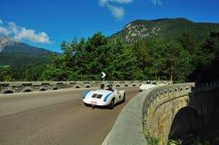 Araña blanca de Porsche 550 en el delle Palade de Passo Imagenes de archivo